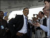 Obama con periodistas en un vuelo charter en el aeropuerto de Dulles el 27 de junio