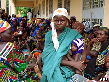 Women wait for MSF food aid in Niger (2005)