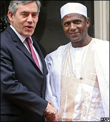 UK Prime Minister Gordon Brown (l) and Nigeria's President Umaru Yar'Adua (r)