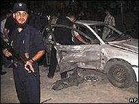 Policía frente al auto que estalló