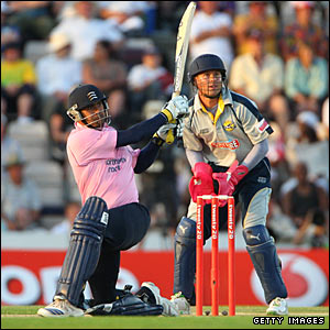 Owais Shah sweeps James Tredwell for six as Geraint Jones watches on