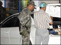 Policías inspeccionan el baúl con los cadáveres el 26 de julio (Foto: gentileza elpaís.com)