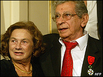 يوسف شاهين مع زوجته الفرنسية كوليت في السفارة الفرنسية عام 1994 بعد نيله وسام من رتبة فارس