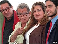 يوسف شاهين مع أبطال فيلمه المصير في مهرجان كان 1997