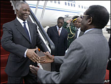 Thabo Mbeki (l) greets Robert Mugabe (r) in Harare, 21 July 2008