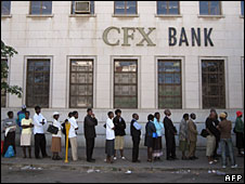 Zimbabweans queue to withdraw money from a bank in Bulawayo, 21 July 2008