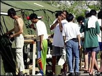 Пытающиеся попасть в Австралию беженцы в лагере на острове Наури