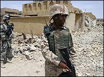 جندي عراقي  وجندي امريكي