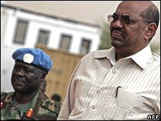 Sudanese President Omar al-Bashir (r) stands with General Martin Luther Agwai (l) in Fasher, Darfur, 23 July 2008