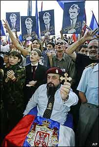 Simpatizantes con banderas de Karadzic