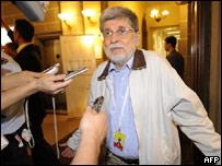 Celso Amorin habla con la prensa