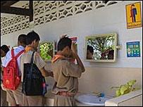 Baño para alumnos transexuales en la escuela Kampang de Tailandia