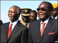 South African President Thabo Mbeki (L) is welcomed by his Zimbabwean counterpart Robert Mugabe (R) in Harare (30/07/2008)