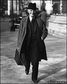 British economist Sir William Beveridge (1879 - 1963) arrives at the House Of Commons to deliver his report on social security and state welfare
