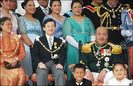 Tongan King George Tupou V, right in second row, poses with Japanese Crown Prince Naruhito, centre in second row, and Thailand's Crown Princess Maha Chakri Sirindhorn, left in second row,