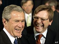 Presidente de EE.UU., George Bush, y primer ministro belga Guy Verhofstadt