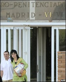 De Juana Chaos (L) walks from Aranjuez jail, 02/08