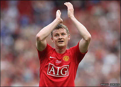 Solskjaer bids an emotional farewell to the huge crowd