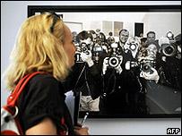 Una mujer visita una exhibición de Helmut Newton