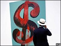 Un hombre observa la obra de Andy Warhol