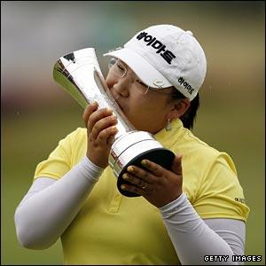 Ji-Yai Shin with the trophy