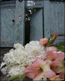 Flowers laid outside the home of Alexander Solzhenitsyn, 4 Aug 2008
