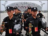 Policías chinos frente al estadio olímpico