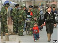 Policías chinos en la provincia de Xinjiang
