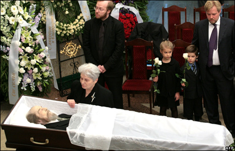 The family of Alexander Solzhenitsyn surround his casket on display in Moscow