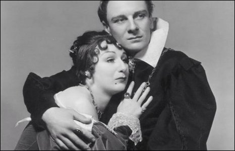Sir John Gielgud poses with Judith Anderson in 1936