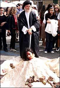 Manifestantes iran�es simulan una lapidaci�n durante la cumbre del G8 en Italia (2001)