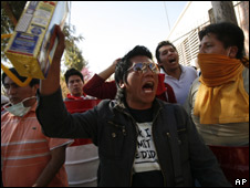 Demonstrators shout slogans as they block the entrance to the airport in Tarija, Bolivia (5/08/08)