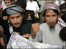Imam Samudra (L) and Mukhlas (Ali Ghufron) at a demonstration at their jail on 13 October 2007