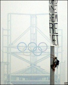 A student unveils a banner outside the Birds Nest Olympic Stadium in Beijing (6th August) Image: Free Tibet