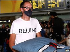 US athlete arrives in Beijing wearing face mask - 5/8/2008