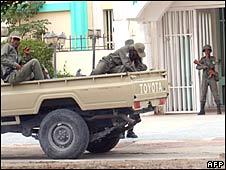 Soldiers in front of Radio Mauritanie in Nouakchott on 6 August 2008