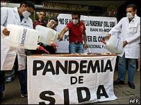 Activistas hacen campaña a favor del uso del condón.