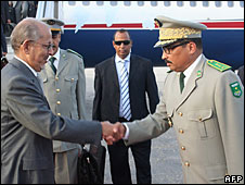 File photo of President Sidi Ould Cheikh Abdallahi (l) and Gen Mohamed Ould Abdelaziz shaking hands in Nouakchott.