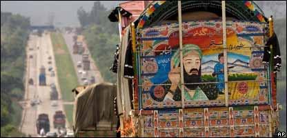 Un camión en Pakistán con la foto de Osama Bin Laden.