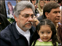 El presidente electo de Paraguay Fernando Lugo en una manifestación.
