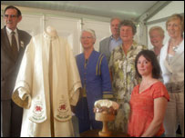 Dic Jones, Megan Williams, Huw a Jean Huw Jones, Gwyneth Jones (Cadeirydd Cymdeithas Brodwaith Cymru), Joyce Jones ac Angharad Pierce Jones