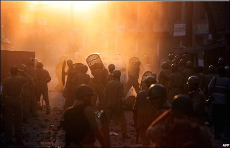 Police and protesters clash in Srinagar, India