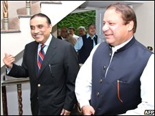 Nawaz Sharif (R) and Asif Ali Zardari in Islamabad, 5 August 2008