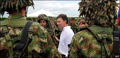 Juan Manuel Santos, ministro de Defensa de Colombia, pasa revista a efectivos