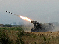 Tropas de Georgia disparan un cohete contra separatistas de Osetia del Sur.