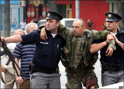 Грузинские полицейские помогают раненому солдату в городе Гори