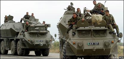 Tropas georgianas se desplazan durante un conflicto con separatistas de Osetia del Sur.