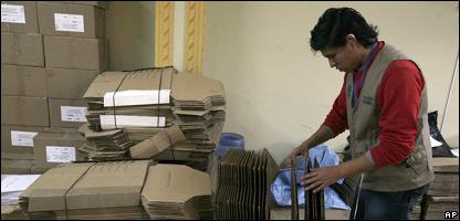 Funcionario electoral preparando el material de votación para el domingo