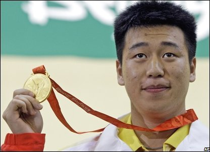 China's Wei Pang shows off his gold medal