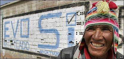 Hombre pasa frente a un grafitti en favor de Evo Morales